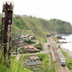 北国街道・六割坂の頂上から信越本線の青海川駅とE115系を撮影