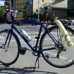 [自転車安全対策] 奇抜なスタイルで車との接触事故を防ぐトロントの変なおじさん